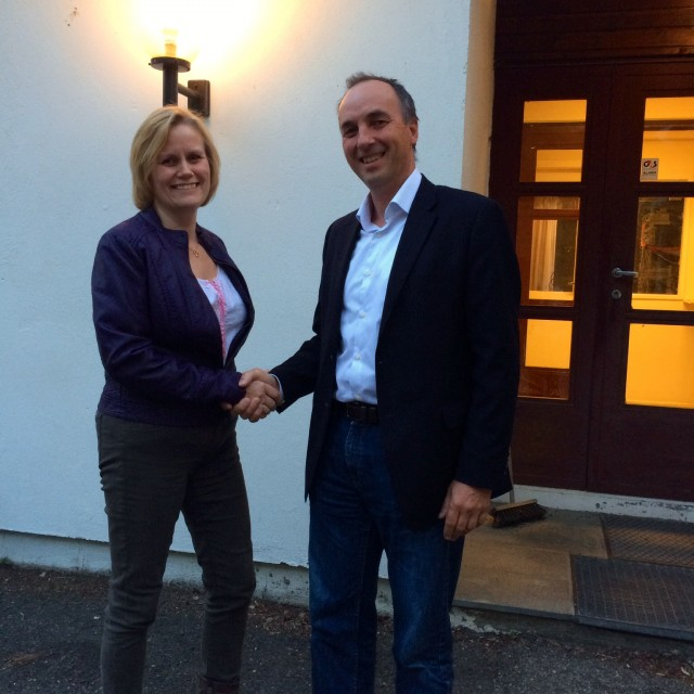 Hurum Venstres ordførerkandidat Gunn-Torill Homme Mathisen og direktør Erlend Skjold i Chemring etter møtet.