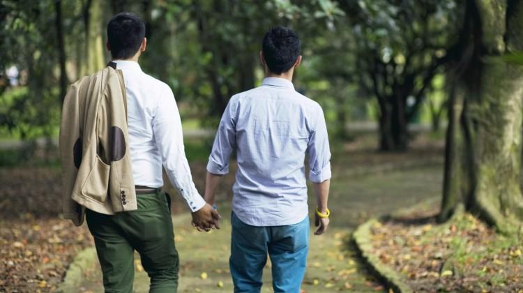 To menn leier hverandre i en park