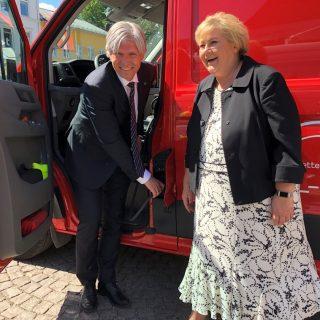 Statsminister Erna Solberg og klima- og miljøminister Ola Elvestuen tester postens elvarebil.