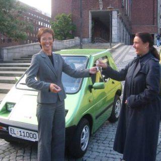 Torild Skogsholm fikk æren for å levere nøklene til elbil nummer 1000 til en bilist i Oslo.