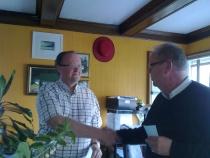 Andreas overrekkes presang av Pål fra Ksu V