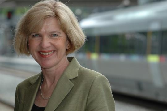 Borghild Tenden vil ikke avvise utbygging av lyntog på grunn av kortsiktige negative klimaeffekter.